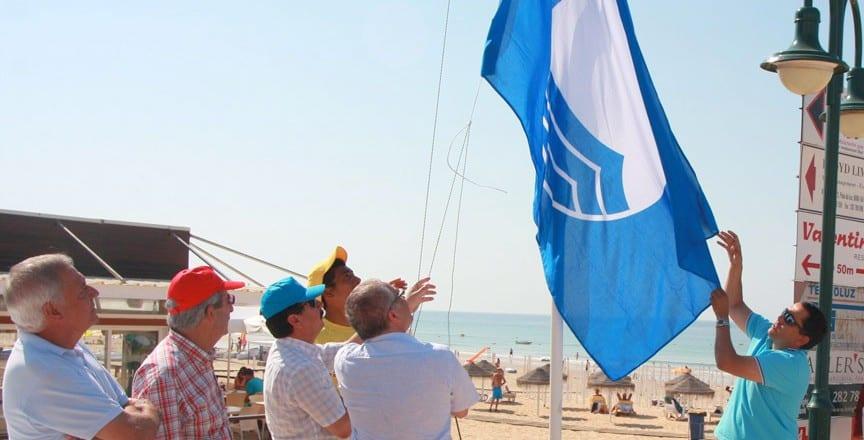 Хорошая безопасность на пляжах отмечается голубым флагом